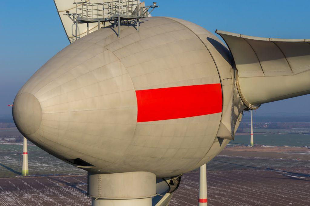 Luftbild einer Windkraftanlage